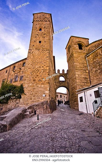 Puerta de Santiago o Puerta del Sol, located between the Romanesque tower of the church of Santiago and that of the house of Luis Chaves el Viejo, Trujillo