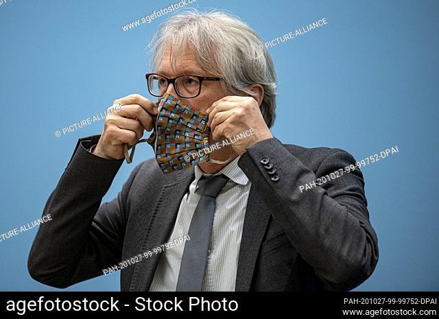 27 October 2020, Berlin: Matthias Kollatz (SPD), Senator of Finance of Berlin, puts on a mask at the press conference of the Berlin Senate