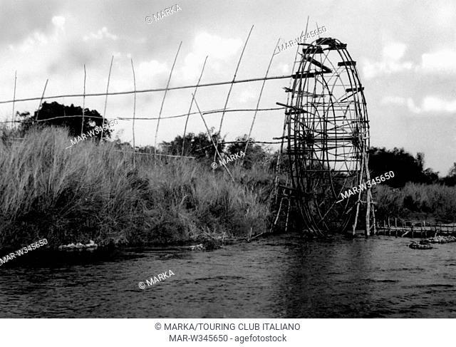 asia, filippine, grande ruota di bambper alimentare i campi di riso, 1930-40 // asia, philippines, big bamboo wheel to feed the rice fields, 1930-40