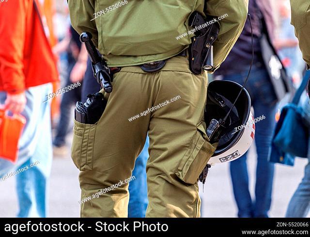 Polizeibeamter mit Einsatzausrüstung