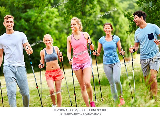 Gruppe macht Nordic Walking als Ausdauer Training in der Natur