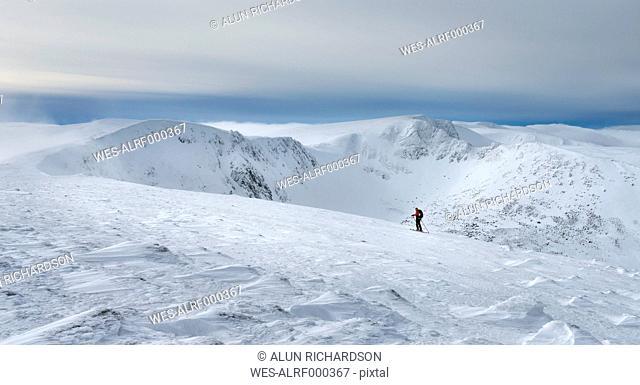 United Kingdom, Scotland, Cairngorms, Coire an t-Sneachda, ski tourer