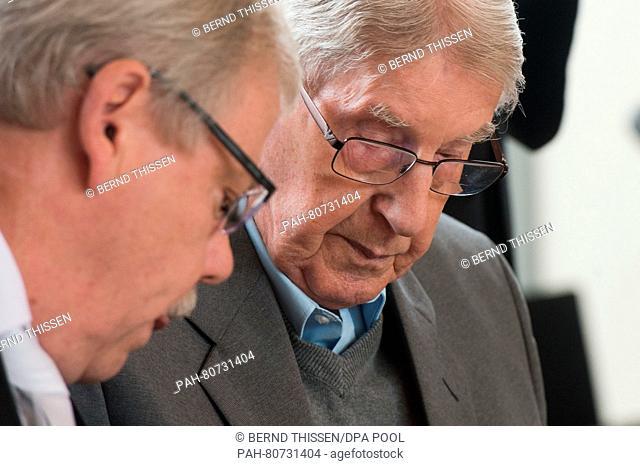 Der Angeklagte Reinhold Hanning (r) sitzt am 27.05.2016 im Verhandlungssaal in Detmold (Nordrhein-Westfalen) neben seinem Anwalt Andreas Scharmer