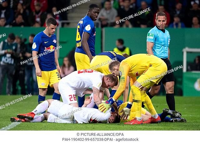 02 April 2019, Bavaria, Augsburg: Soccer: DFB Cup, FC Augsburg - RB Leipzig, quarter finals in the WWK Arena. Marco Richter (front) of Augsburg and Willi Orban...