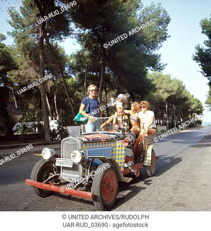 Eine Partygesellschaft macht eine Spritztour, Ibiza 1976. A party society going for a run in the car, Ibiza 1976