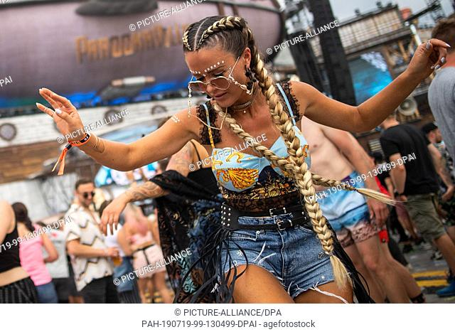 19 July 2019, North Rhine-Westphalia, Weeze: A young woman dances at the music festival Parookaville (19.-21.07.2019). According to the organisers