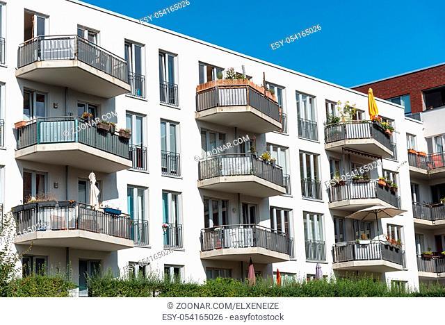 Modernes weisses Apartmenthaus gesehen in Berlin, Deutschland