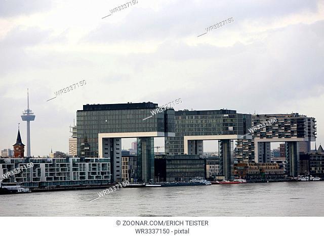 Kranhäuser bei Rheinhochwasser, Nordrhein-Westfalen, Deutschland, Köln