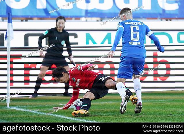 10 January 2021, Hessen, Darmstadt: Football: 2nd Bundesliga, Darmstadt 98 - Hannover 96, Matchday 15 at Merck Stadium. Darmstadt's Marvin Mehlem (r) and...