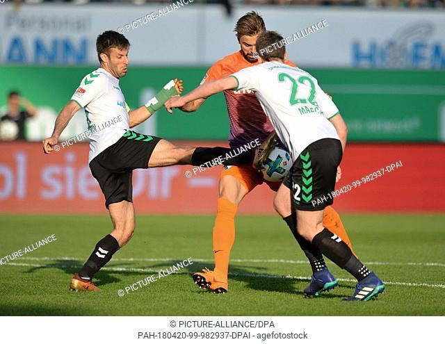 20 April 2018, Germany, Fuerth: Soccer, German Second Bundesliga, SpVgg Greuther Fuerth vs VfL Bochum at Sportpark Ronhof Thomas Sommer: Marco Caligiuri (l) and...