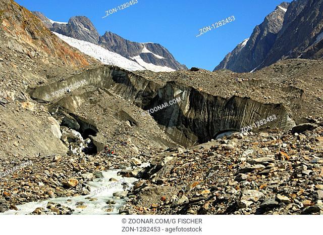 Schmelzwasserabfluss im Fluss Lonza am Ende der Gletscherzunge des Langgletschers unterhalb der Lötschenlücke, Lötschental, Wallis