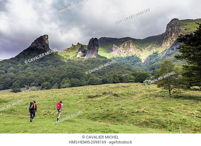 France, Puy de Dome, Chambon sur Lac, regional Natural reserve of the volcanoes of Auvergne, massif of Sancy, walkers in the nature reserve of the Valley of...