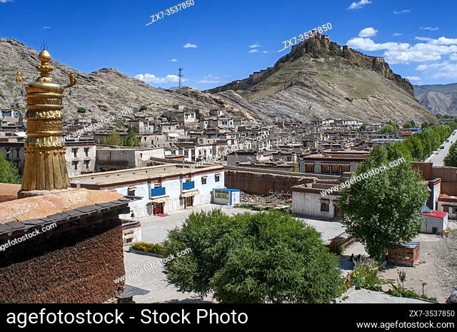 Gyantse village or Gyangze town, Tibet, China. Views of Gyantse Dzong or Gyantse Fortress is located in the northeast of Gyantse at 3900 meters above sea level