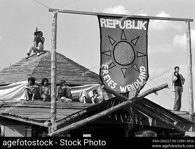 31 May 1980, Lower Saxony, Gorleben: Occupier village in Gorleben, so-called Republic of Free Wendland. Demonstrators have occupied the area in Gorleben and...