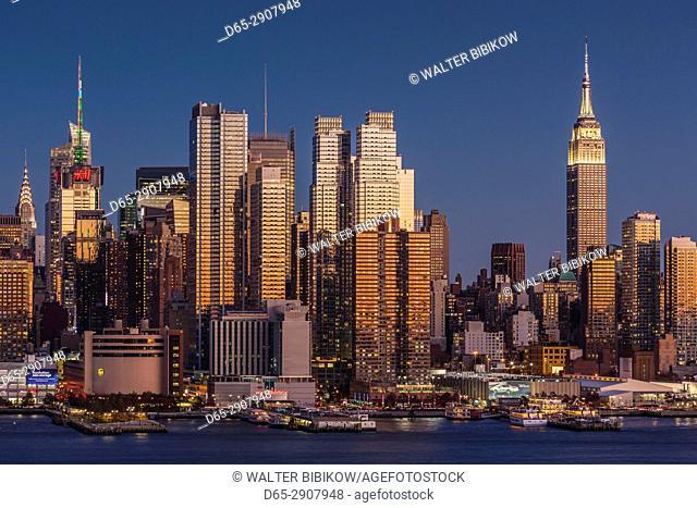 USA, New York, New York City, Manhattan skyline with Empire State Building, dusk
