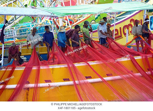 India, Kerala State, Fort cochin or Kochi, cleaning of fishing net