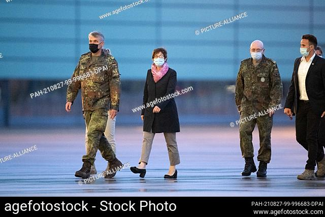 27 August 2021, Lower Saxony, Wunstorf: Annegret Kramp-Karrenbauer (2nd from left, CDU), Minister of Defence, and Lieutenant General Erich Pfeffer (2nd from...