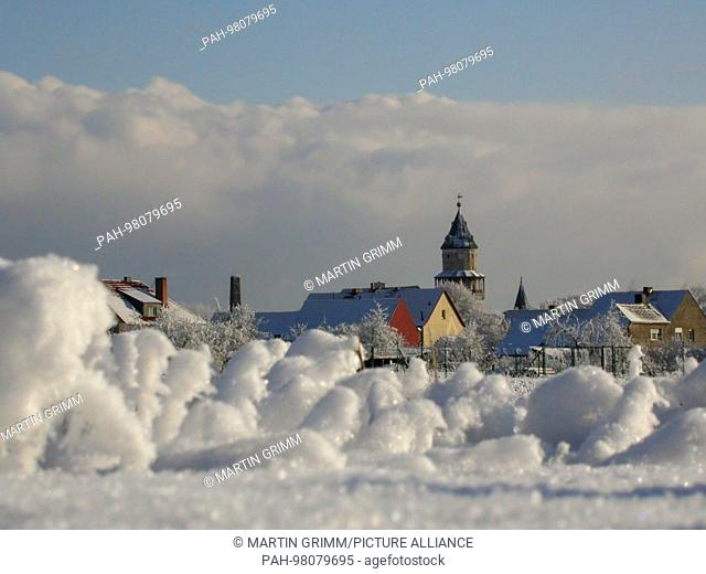 winter scenery in snowy countryside, Wiesenburg, Brandenburg, Germany | usage worldwide. - Wiesenburg/Brandenburg/Germany