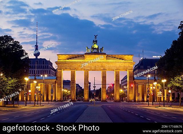Leere Strasse des 17. Juni im Morgenrot mit dem Brandenburger Tor und dem Berliner Fernsehturm, Berlin, Deutschland, Europa