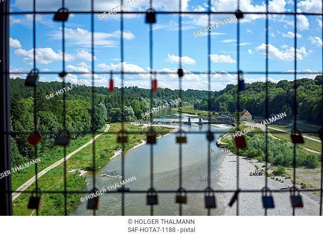 Deutschland, Bayern, Pullach, Liebesschlösser an einer Brücke über der Isar