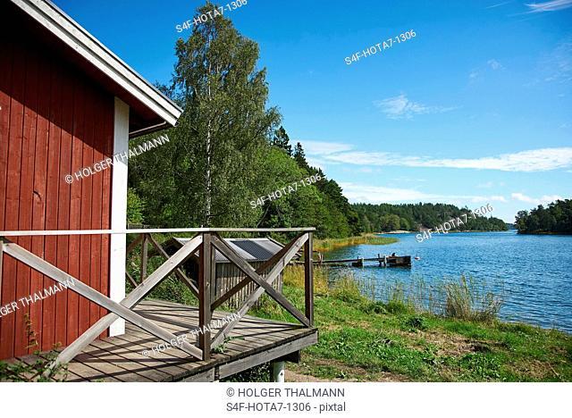 Schweden, Insel Grinda, Holzhütte am Wasser