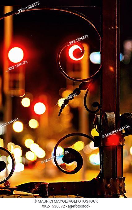 Detalle de las farolas del Paseo de Gracia en la noche