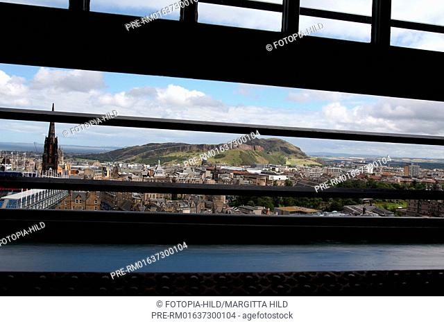 Look from Edinburgh Castle to Arthurs`s Seat, Edinburgh, Scotland, United Kingdom / Blick vom Edinburgh Castle zum Arthurs`s Seat, Edinburgh, Schottland