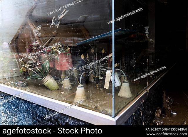 16 July 2021, Rhineland-Palatinate, Bad Neuenahr: Objects destroyed by the flood lie in a muddy shop window. Massive rainfall caused flooding in Bad Neuenahr in...