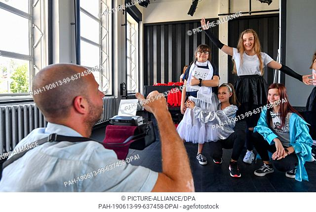 13 June 2019, Saxony-Anhalt, Dessau-Roßlau: Bauhaus guide Carsten Brinzing photographs a group of students from the Dessau Peace School