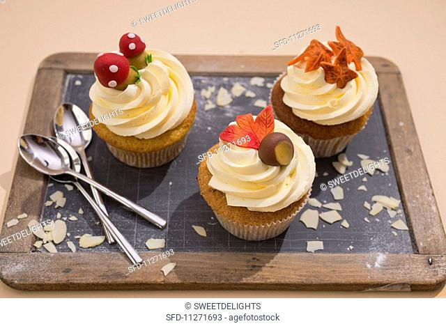 Cupcakes with autumnal decorations for Thanksgiving