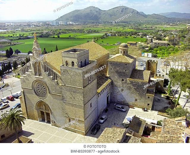Roman Catholic church of St. Jaume in Alc·dia, mountain range Atalaya de Alcudia in background, Spain, Balearen, Majorca, Alcudia