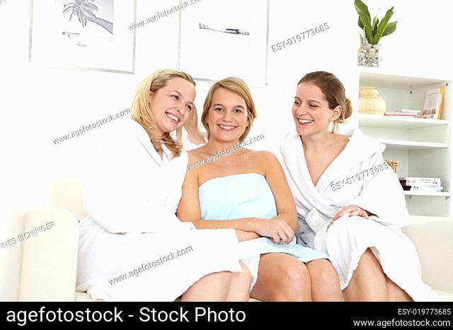 drei freundinnen genießen wellness