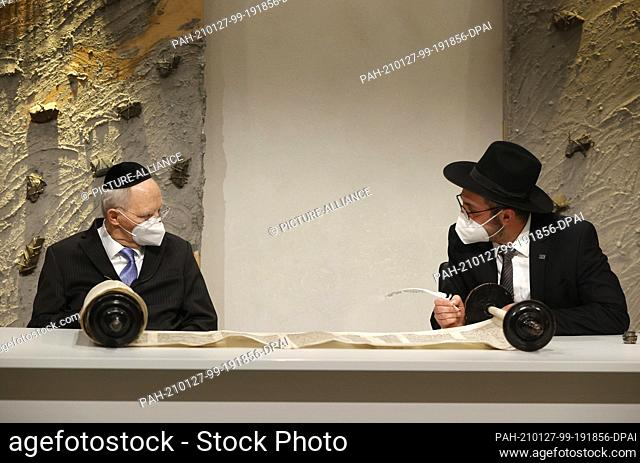27 January 2021, Berlin: Wolfgang Schäuble (CDU, l), President of the Bundestag, holds the Etz Chaim while Rabbi Shaul Nekrich completes the historic Sulzbach...