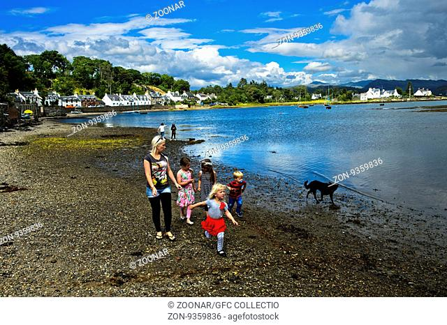 Frau mit Kinder spaziert am Strand des Loch Carron, Plockton, Ross and Cromarty, Schottisches Hochland, Schottland, Grossbritannien / Woman and kids strolling...