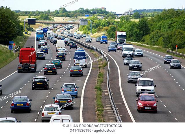 lines of busy traffic on the M40 betweem Birmingham and London