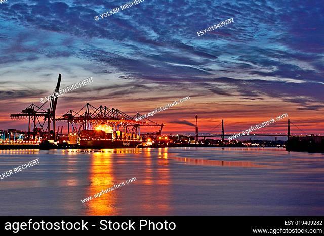 Containerterminal Altenwerder am Abend