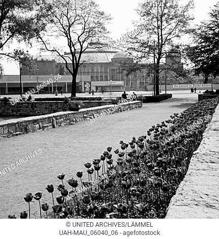 An der Messehalle in Frankfurt am Main, Deutschland 1930er Jahre. At the Frankfurt trade fair area, Germany 1930s