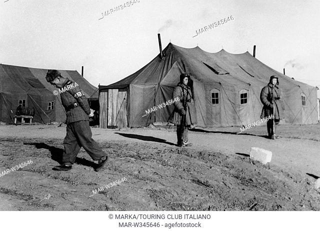 sentinelle davanti alla tenda dove si svolgono i negoziati di panmunjeom, corea 1952 // sentries in front of the tent which hosts the Panmunjeom negotiations