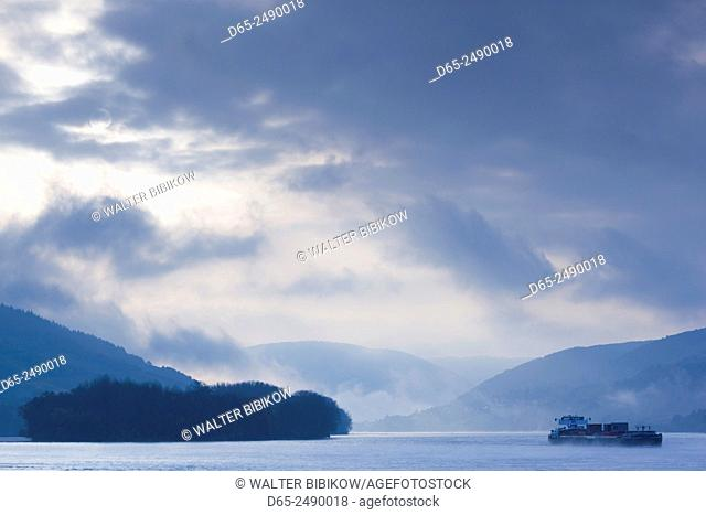 Germany, Rheinland-Pfalz, Oberwesel, Rhein River shipping traffic in fog