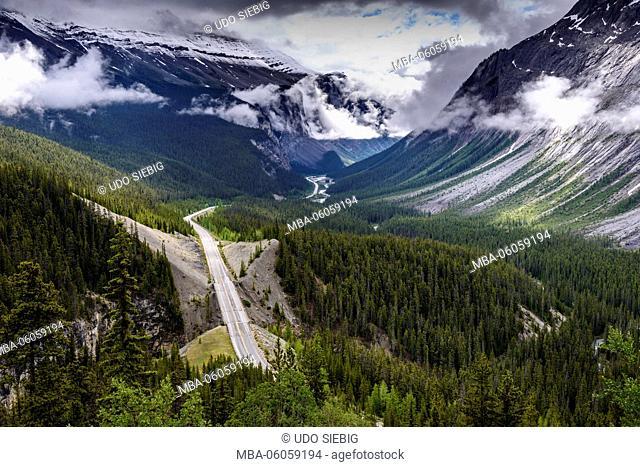 Canada, Alberta, Banff National Park, Icefields Parkway near Parker Ridge, Saskatchawan River Valley