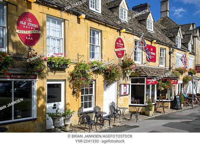 Shops and cafes in Stow-on-the-Wold, the Cotswolds, Gloucestershire, England