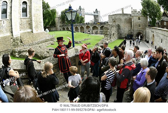"A """"Beefeater"""" tourist guide showing tourists through the Tower of London in London, United Kingdom, 22 August 2017. Photo: Waltraud..."