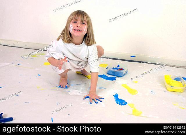 Mädchen mit Farbe bemalt