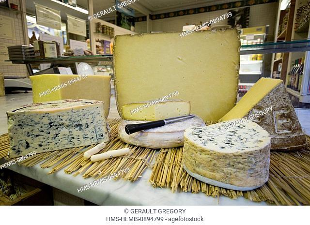 France, Cantal, Aurillac, cheesmaker Leroux, bleu d'Auvergne, Cantal, Salers, Saint Nectaire et fourme d'Ambert sont les cinq fromages AOC d'Auvergne, France