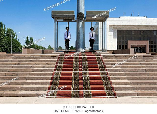 Kyrgyzstan, Chuy Province, Bishkek, changing of the guards in front of the National Museum of History on Ala-Too square