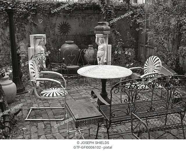 Garden courtyard of Raskin's Antiques in Savannah