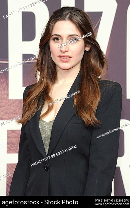 """17 October 2021, Bavaria, Munich: The actress Deleilia Piasko comes to the German premiere of the Sky series """"""""The Ibiza Affair"""""""" in the Astor Filmlounge at..."""