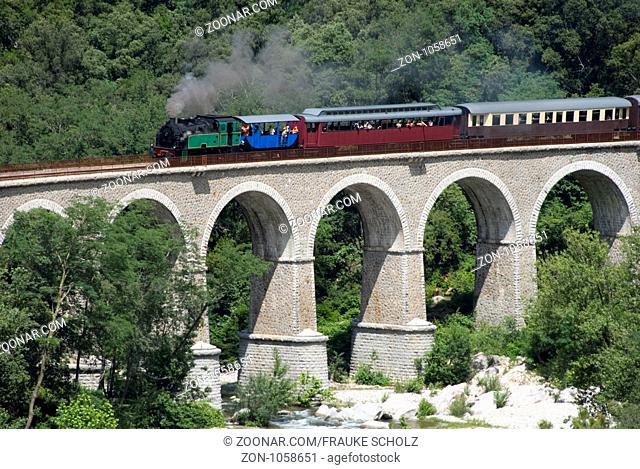 Frankreich, Languedoc-Roussillon, Cevennen, zwischen St-Jean-du-Gard und Anduze, Viadukt von Mescladou, Eisenbahn, Dampfeisenbahn, Train a vapeur des Cevennes
