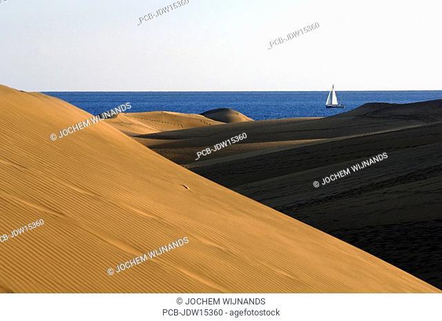Gran Canaria, Playa del Ingles, Oasis de Maspalomas, a sailingboat passing the sanddunes