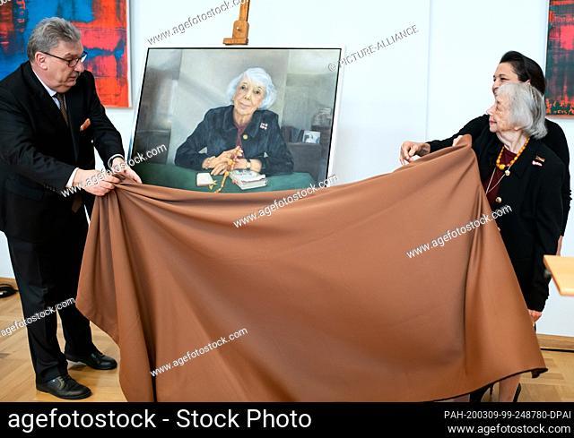 09 March 2020, Berlin: Margot Friedländer (r), the painter Stephanie von Dallwitz and Ralf Wieland (l, SPD), President of the Berlin House of Representatives
